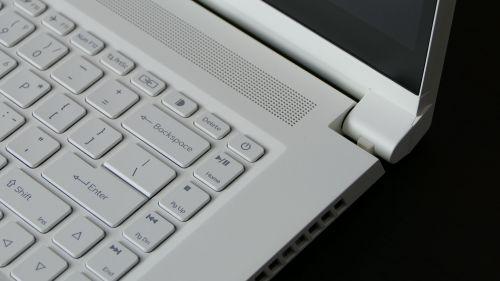 Acer ConceptD 3 Ezel (15) - dodatkowe przyciski graficzne orazdrugi klawisz zasilania