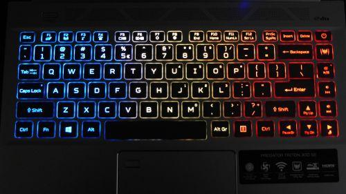 Acer Predator Triton 300 SE - trzystrefowe podświetlenie jest całkiem przyjemne dla oczu
