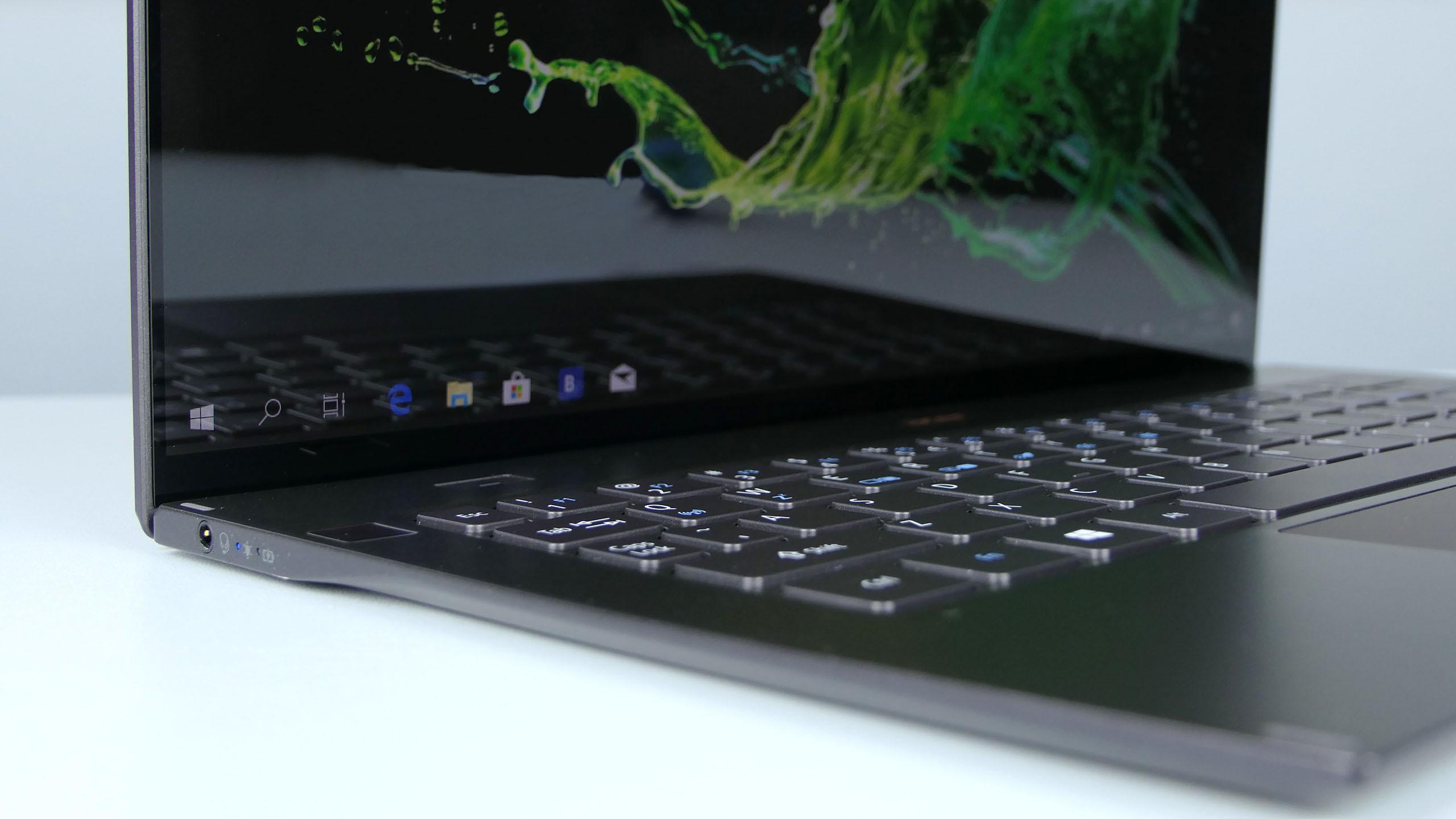 Acer Swift 7 2019 - lewy bok zgniazdek jack orazwskaźnikiem zasilania