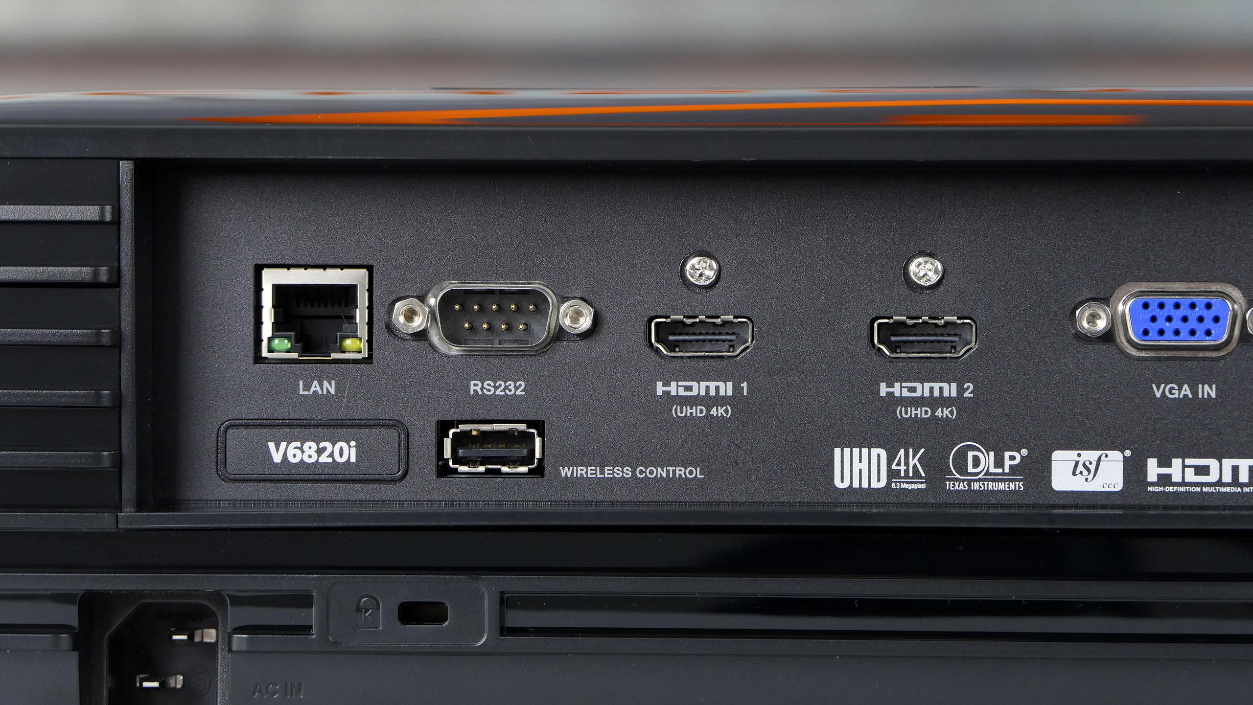 Acer V6820i - dostępne porty igniazda