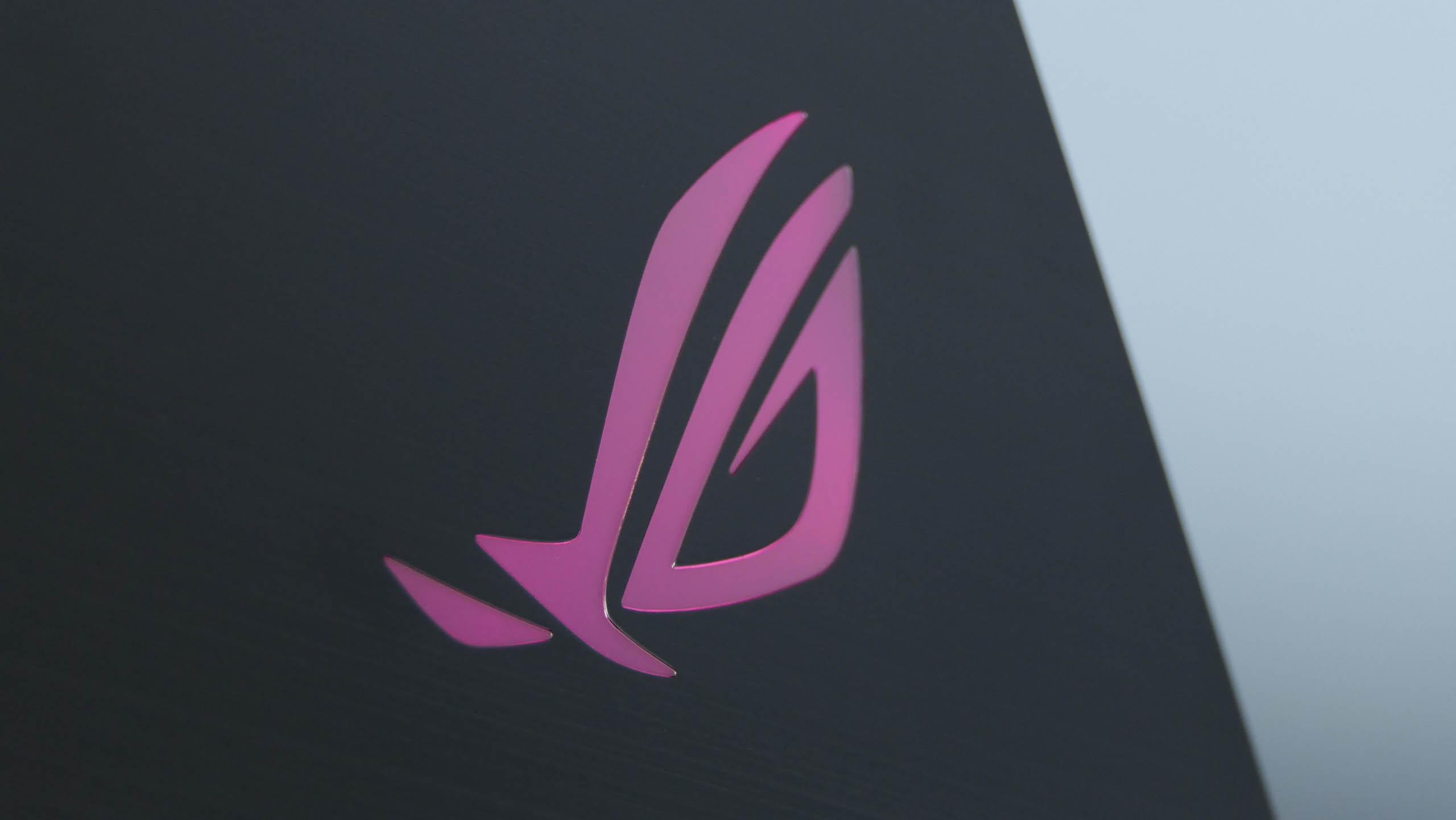 Asus ROG Strix Scar II GL704 - logo na klapie