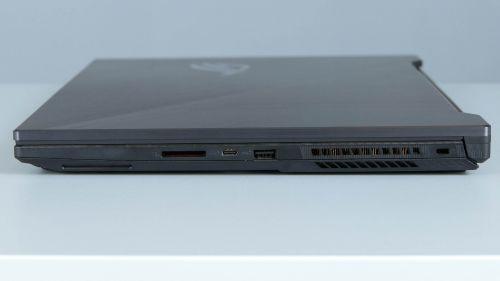 Asus ROG Strix Scar II GL704 - porty na boku prawym
