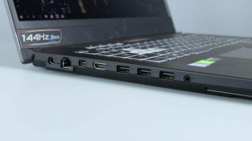 Asus ROG Strix Scar II GL704 - bok lewy: zasilanie, LAN, mini-DP, HDMI, porty USB oraz gniazdo audio