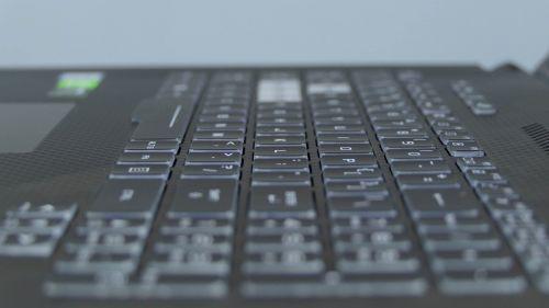 Asus ROG Strix Scar II GL704 - wyspowa klawiatura