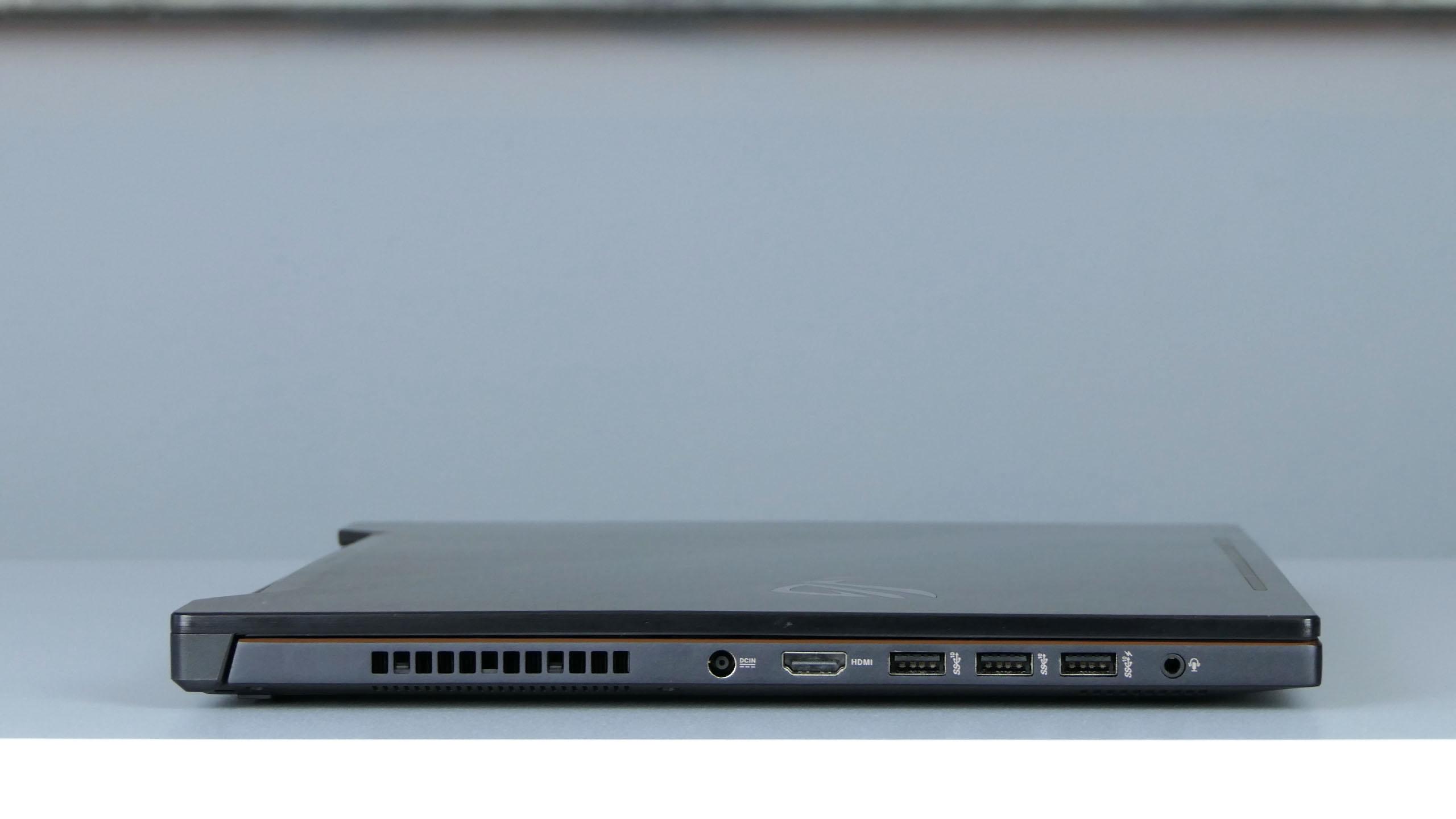 Asus ROG Zephyrus M (GM501) - porty na boku lewym