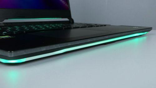 Asus ROG Strix SCAR 17 G733 - podświetlenie przedniej krawędzi