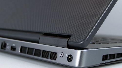 Dell Precision 17 7730 - tył: gniazdo zasilania i dysza chłodzenia