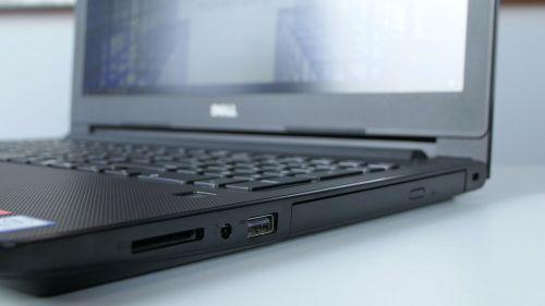 Dell Vostro 3578 - prawy bok: czytnik kart pamięci, gniazdo jack, USB 3.0, napęd DVD