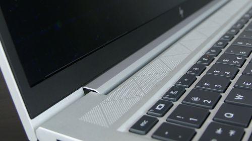 HP EliteBook 855 G7 - siatka, podktórą kryją się głośniczki