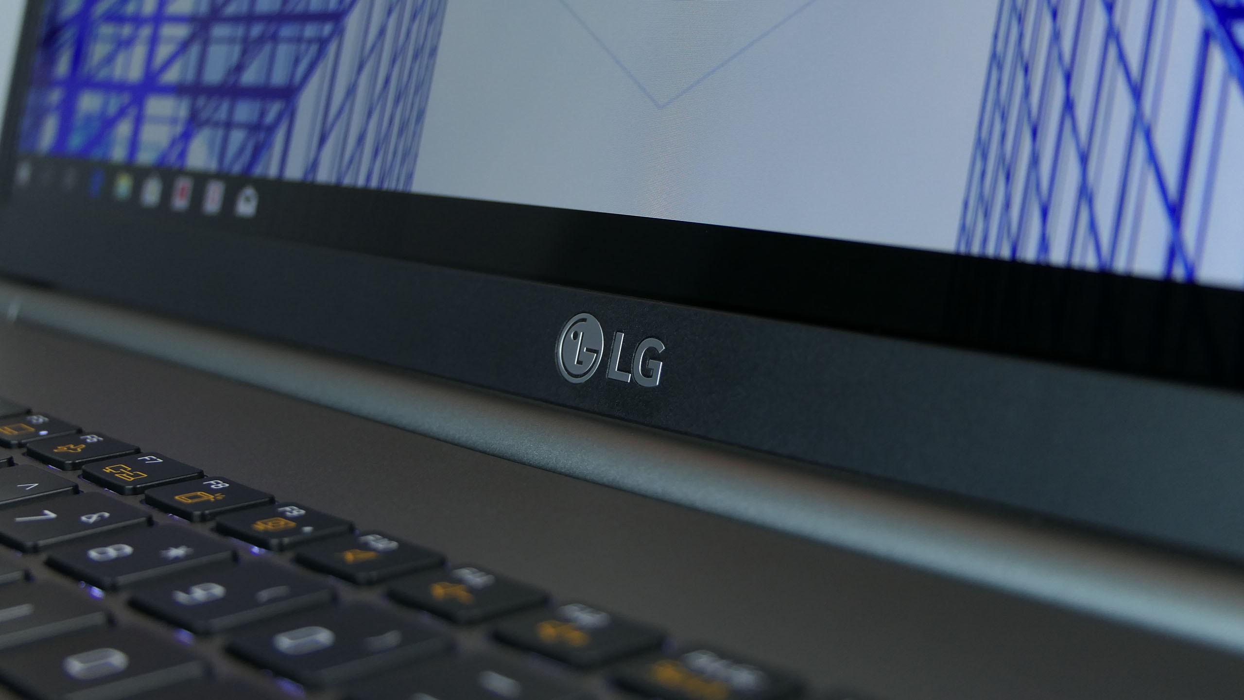 LG Gram 17 17Z990-V - centralny zawias