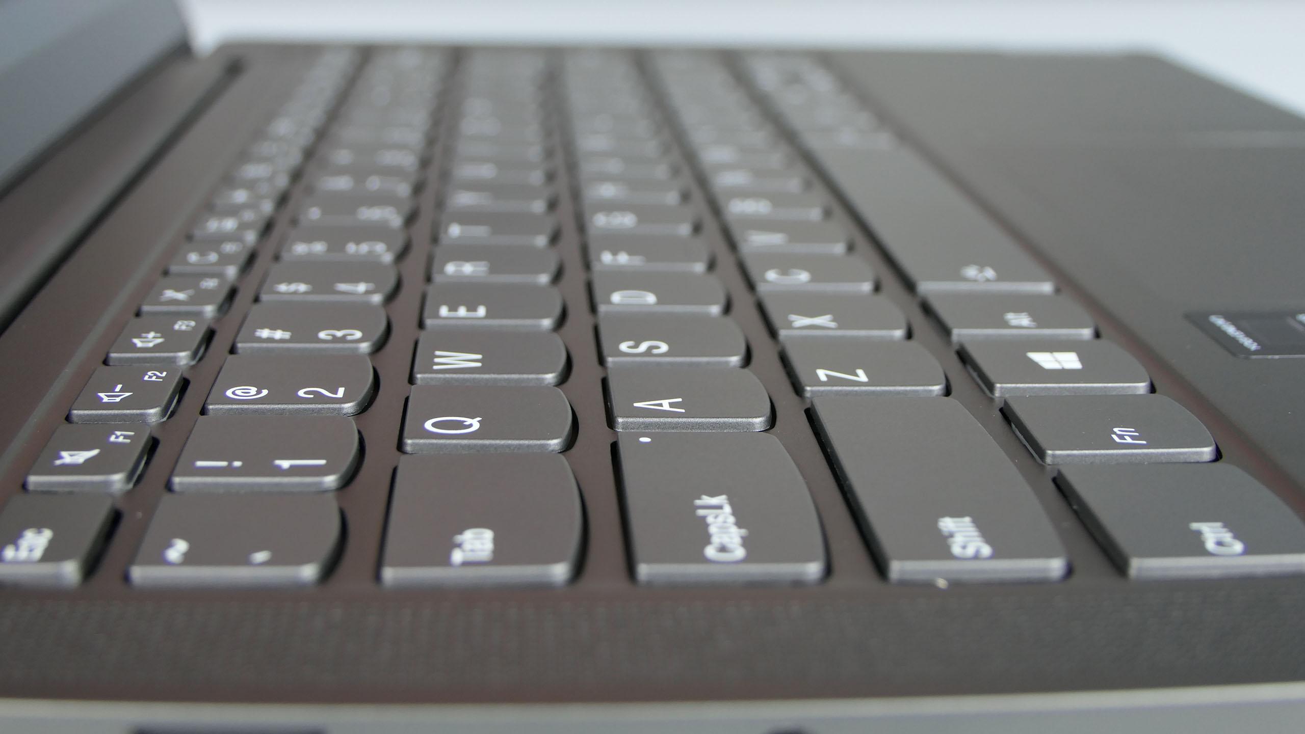 Lenovo Yoga S740 (14) - klawiatura wyspowa