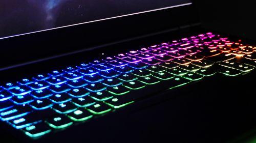 Lenovo Legion 7 15 - podświetlana klawiatura pozmroku