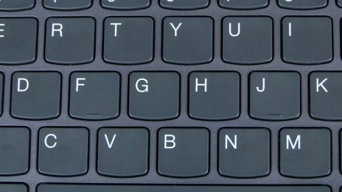 Klawiatura ma płytki wielkości standardowej klawiatury zlaptopa