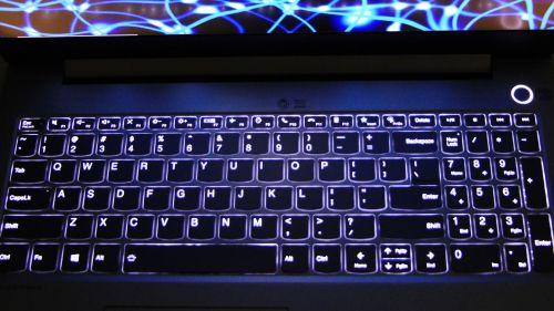 Lenovo ThinkBook 15p - podświetlenie klawiatury nierazi ijest całkiem przyjemne