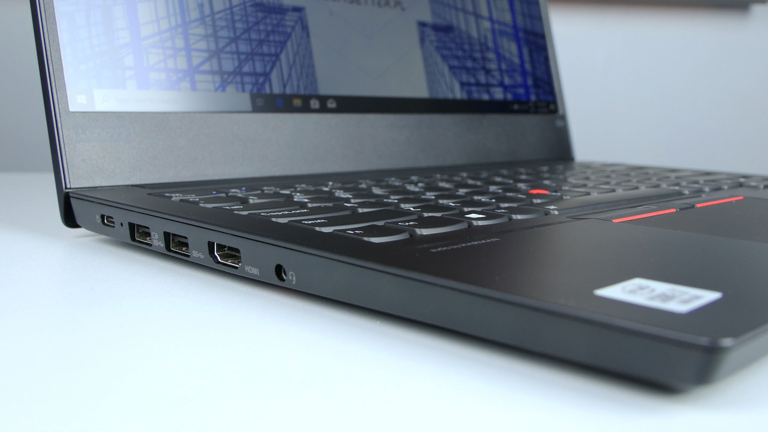 Lenovo ThinkPad E14 - porty z lewej strony: USB typu C, 2x USB 3.0, HDMI, audio in/out