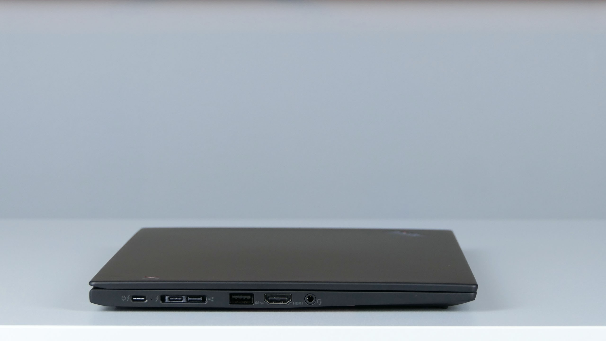 Lenovo ThinkPad X1 Carbon 7th gen - prawy bok