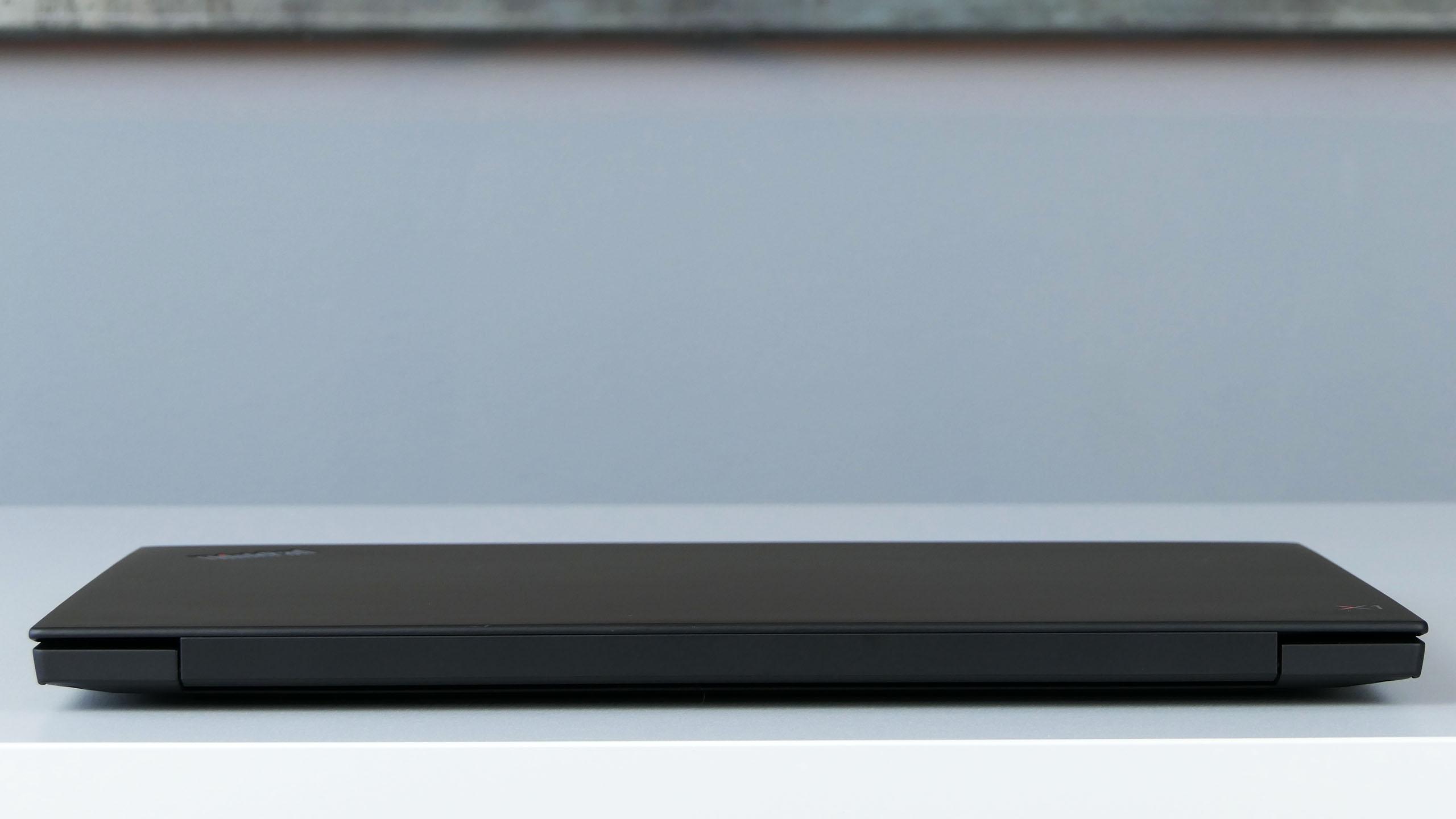 Lenovo ThinkPad X1 Extreme 2nd Gen - tył laptopa