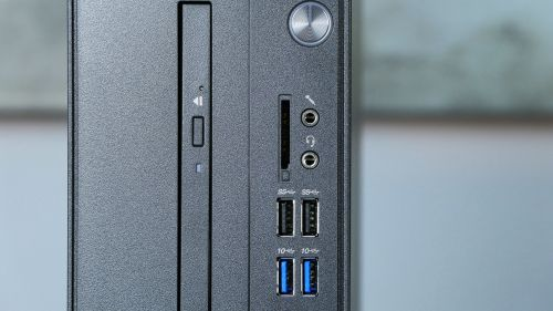 Lenovo V530s - gniazda na przednim panelu: gniazdo mikrofonowe, słuchawkowo-mikrofonowe, 2x USB 3.1 oraz 2x USB 3.0. Obok czytnik kart pamięci.