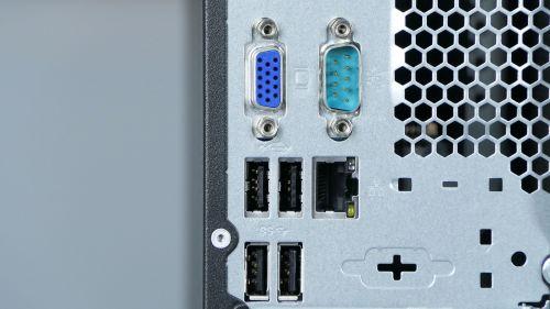 ... poniżej: VGA, COM, 4 gniazda USB oraz port LAN...