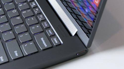 Lenovo Yoga C940 14 - soundbar Dolby Atmos schowany wzawiasie