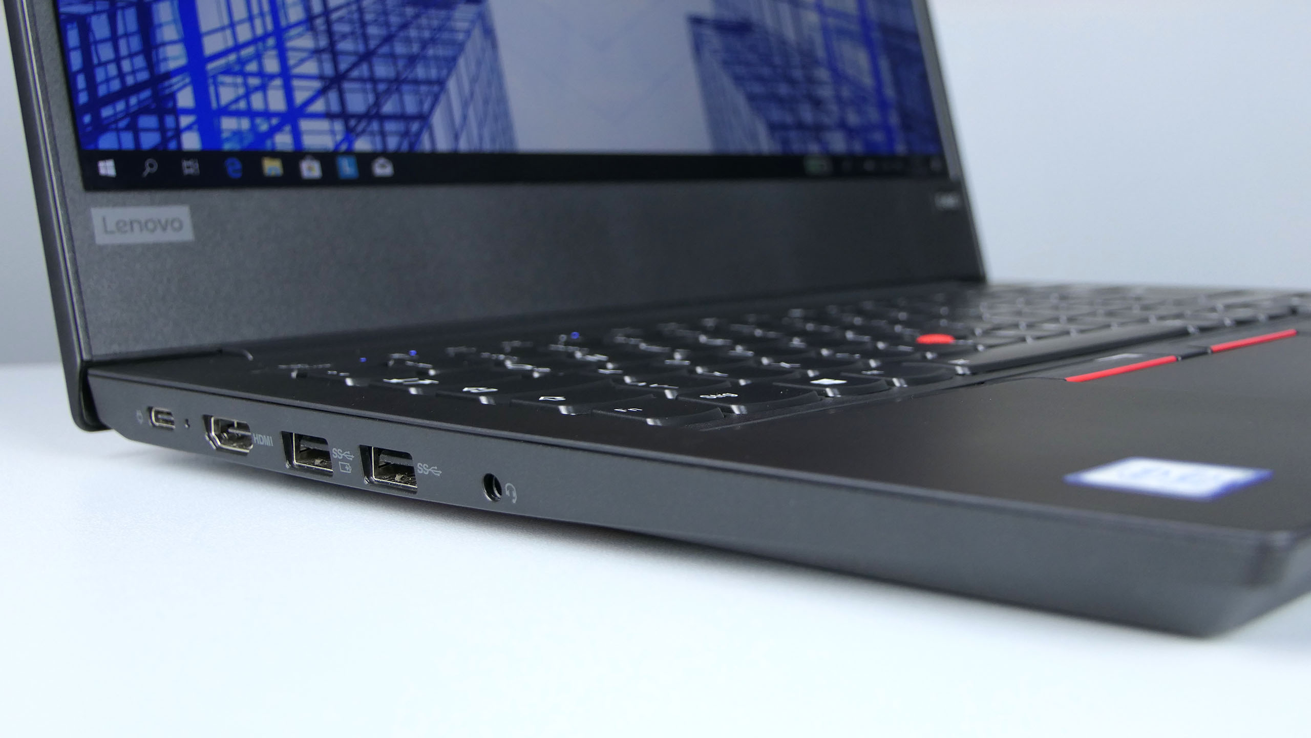 Lenovo ThinkPad E490 - porty po lewej stronie: USB typu C, HDMI, 2x USB 3.0, audio in/out
