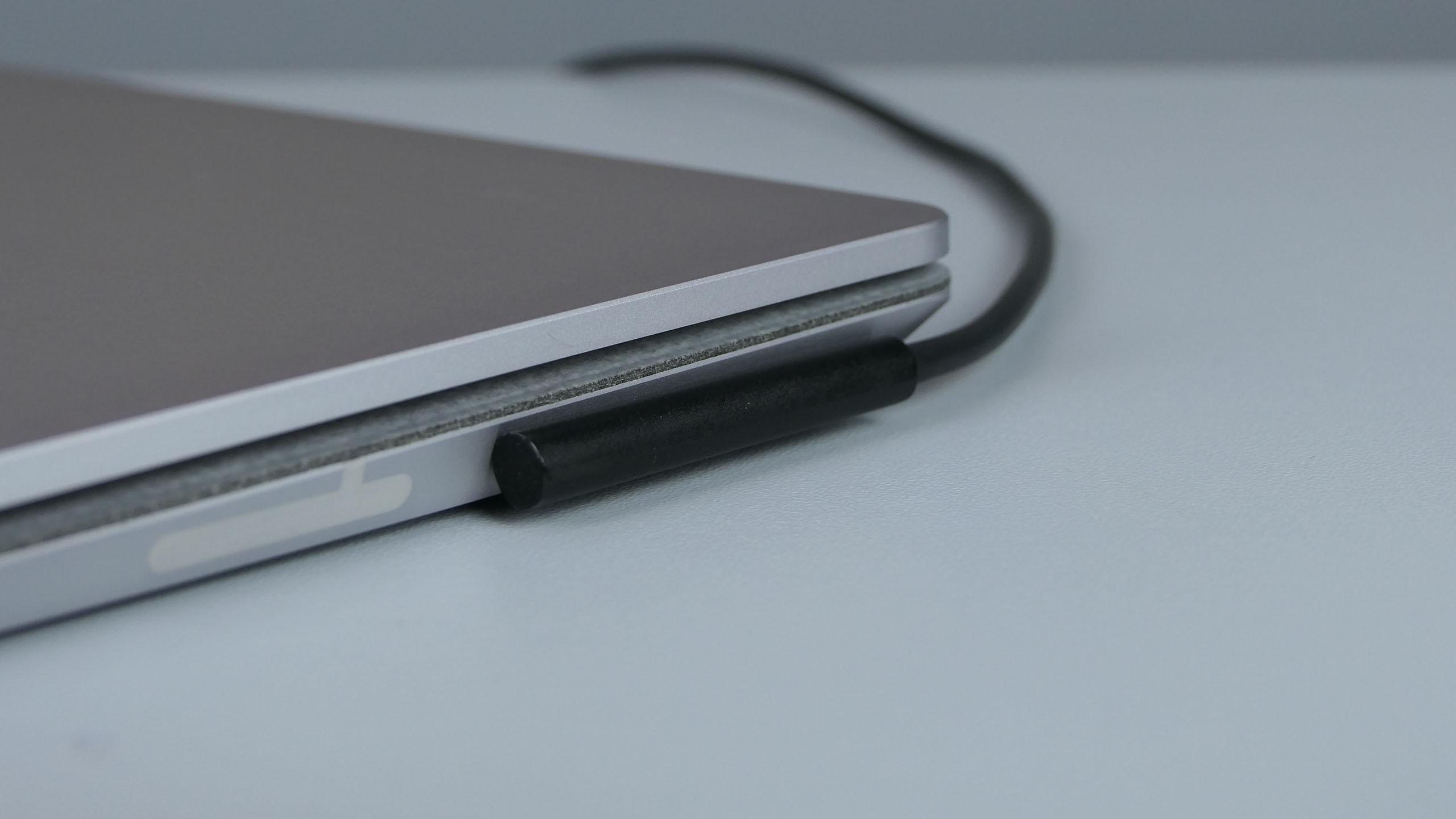 Microsoft Surface Laptop 2 - gniazdo Surface Connect z podpiętym zasilaczem