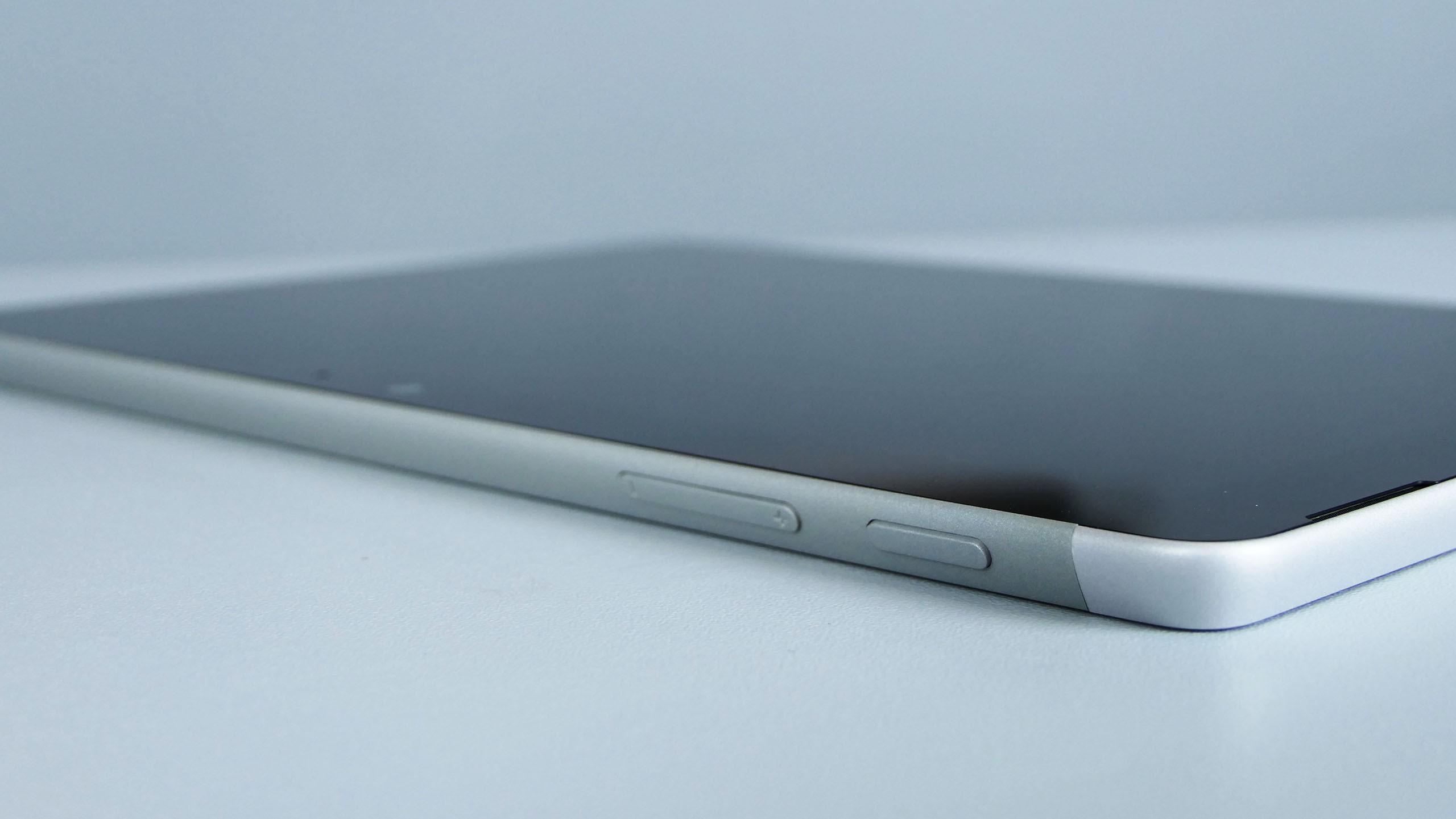 Microsoft Surface Go - przycisk zasilania orazregulacja głośności nagórnej krawędzi