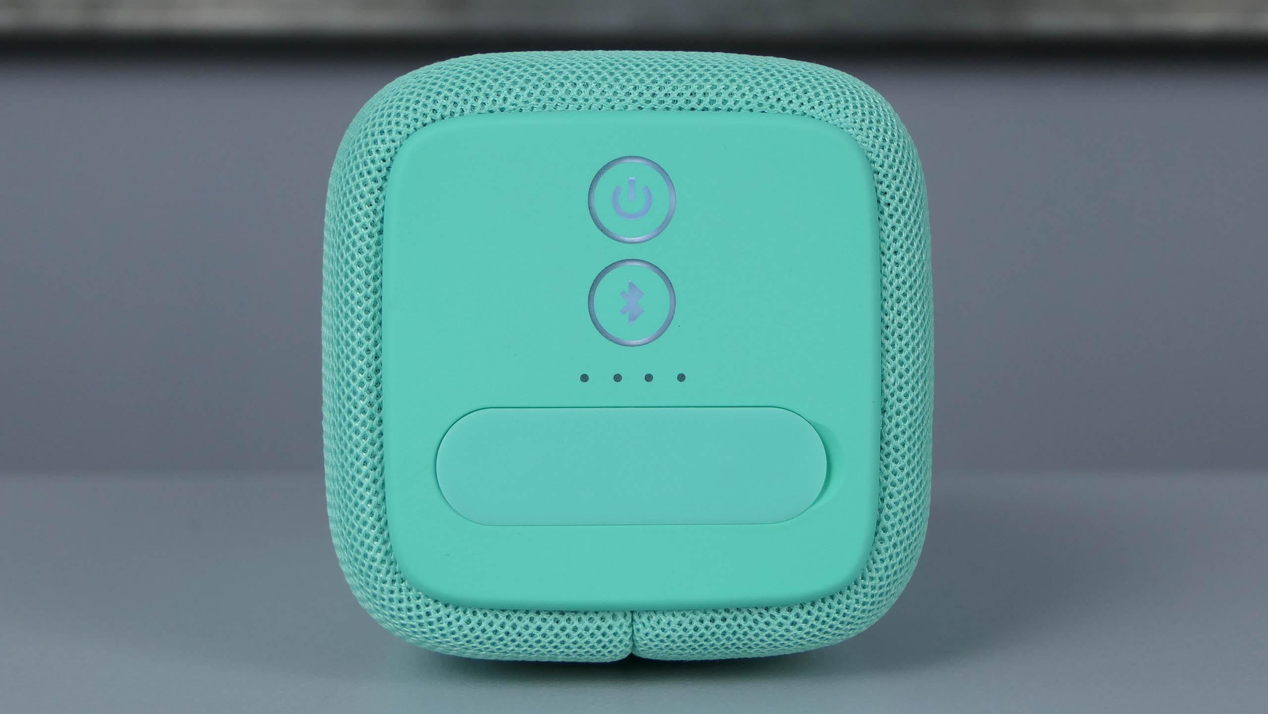 RockBox Bold M - przycisk zasilania oraz Bluetooth i zaślepka chroniąca porty