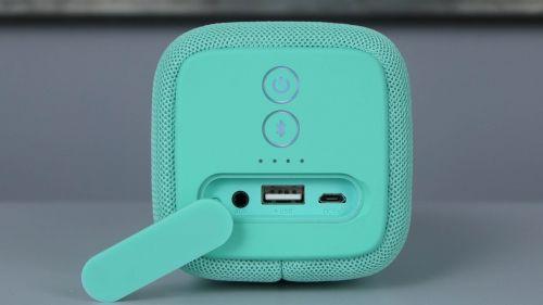 RockBox Bold M - porty pod zaślepką: wejście audio, USB typu A, microUSB